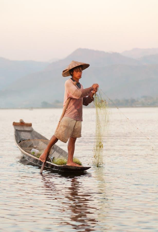 Рыболов Intha, озеро Inle, Мьянма стоковые изображения rf