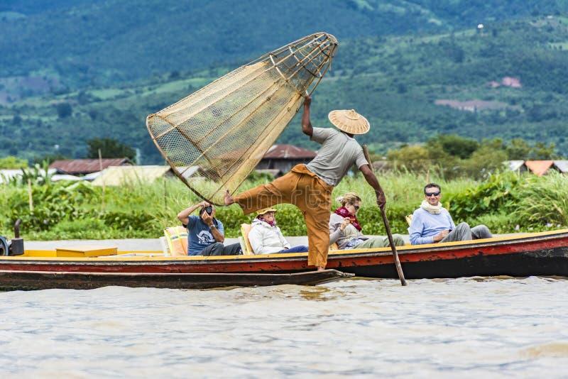 Рыболов Intha представляя для туристов на озере Inle стоковые изображения
