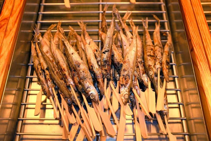 Рыбы барбекю в подносе Зажаренные рыбы на ручке стоковое фото rf