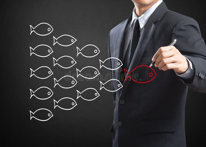 Рыбы в принципиальной схеме лидерства в группе стоковые изображения rf