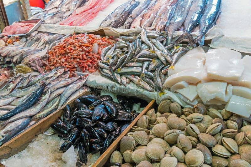 Рыбы и морепродукты на централи Mercado в Сантьяго стоковые фото