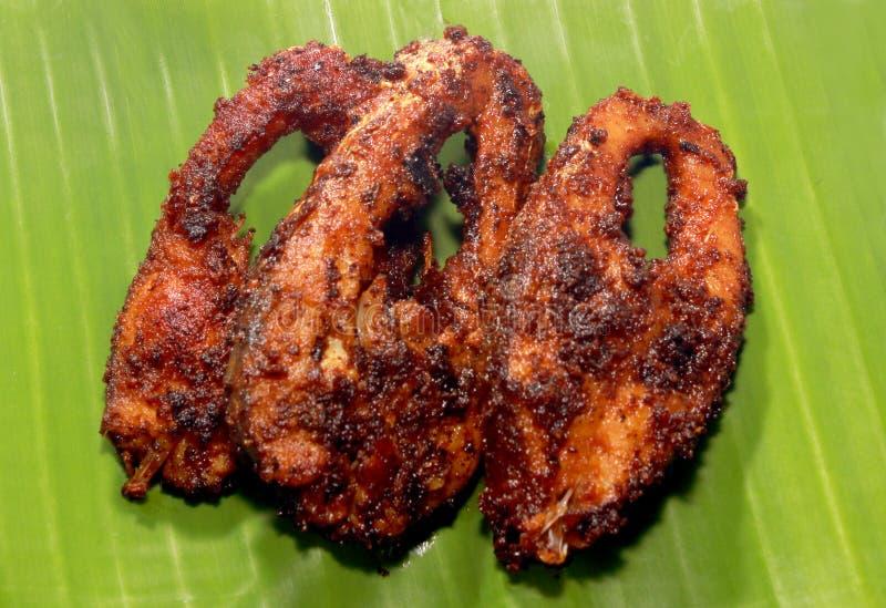 Рыбы карпа зажарили куски на лист банана стоковое фото rf