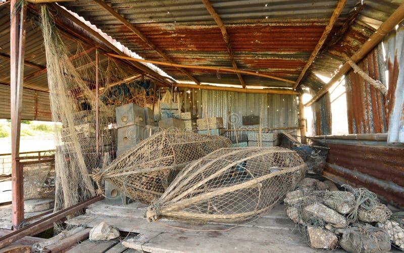 Рыбы поглощают малые инструменты рыбной ловли стоковые фотографии rf