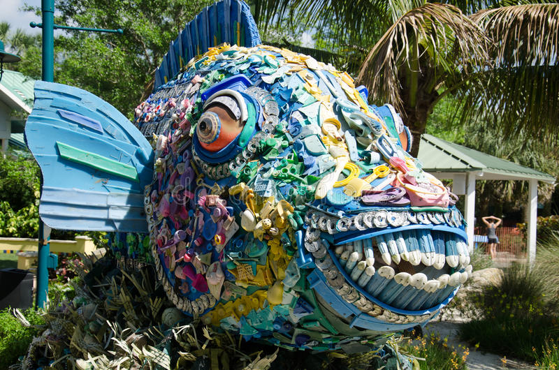 Рыбы рециркулированной пластмассы от океана стоковая фотография rf