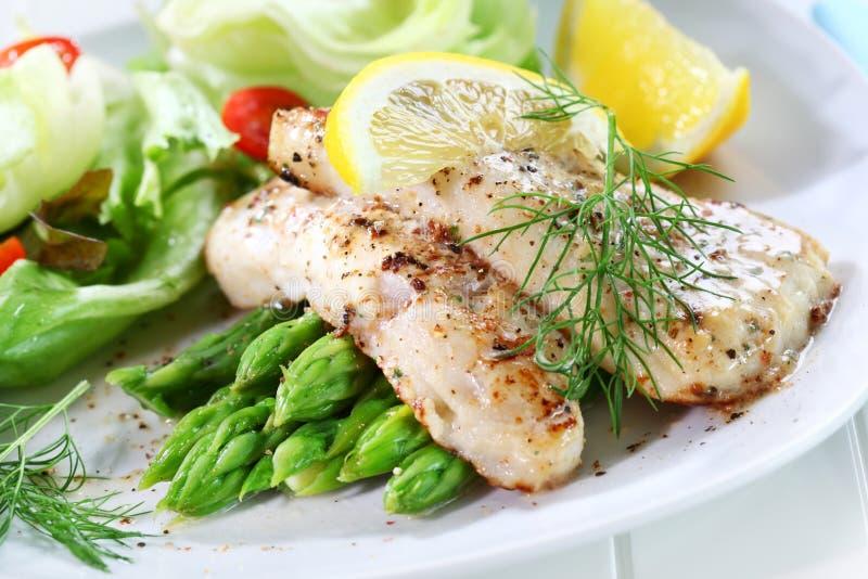 рыбы спаржи зажарили зеленый салат стоковое изображение rf