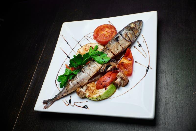 Рыбы с зажаренными овощами стоковая фотография rf