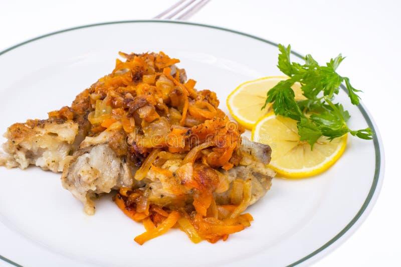 Рыбы с vegetable маринадом стоковое фото