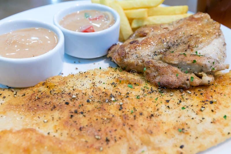 Рыбы тележки и стейк цыпленка, фраи француза стоковое изображение