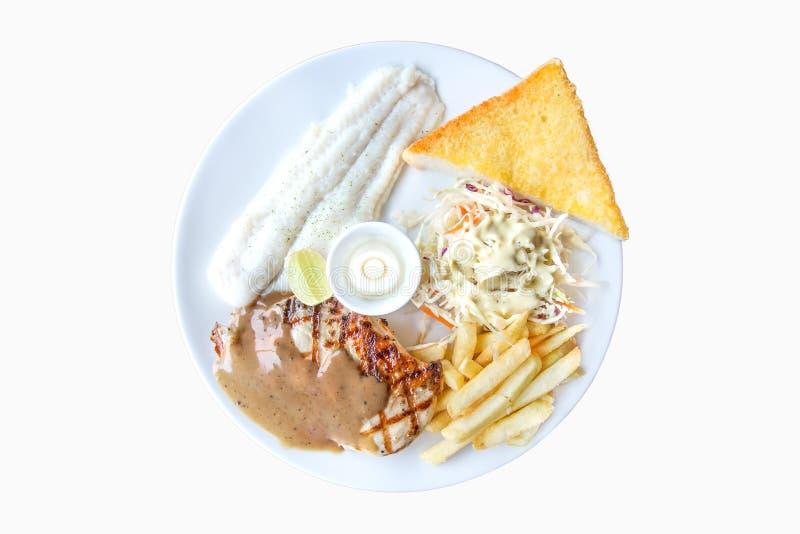Рыбы тележки и стейк цыпленка, французские фраи, хлеб чеснока и соль стоковое фото rf