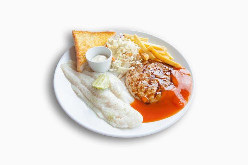 Рыбы тележки и стейк цыпленка, французские фраи, хлеб чеснока и соль стоковая фотография rf
