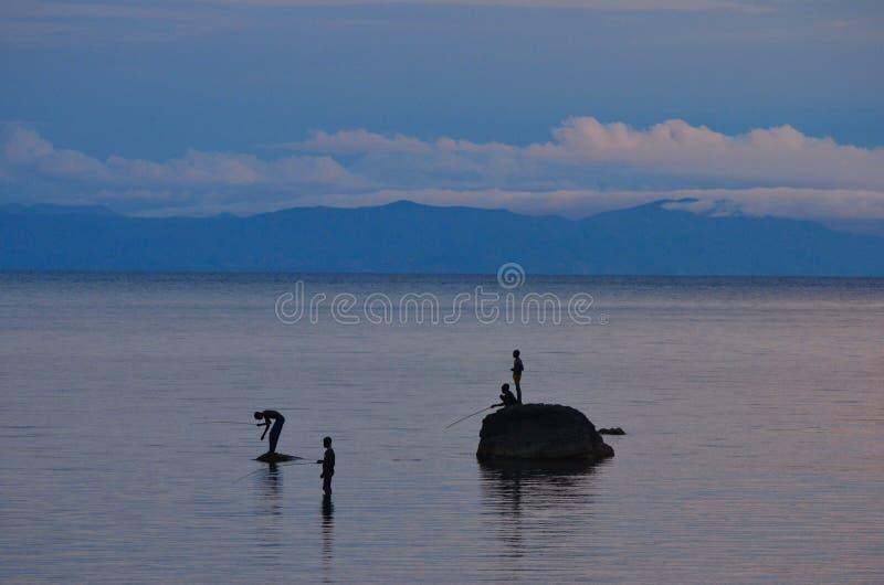 Рыбы людей от утесов на озере Малави стоковые фото