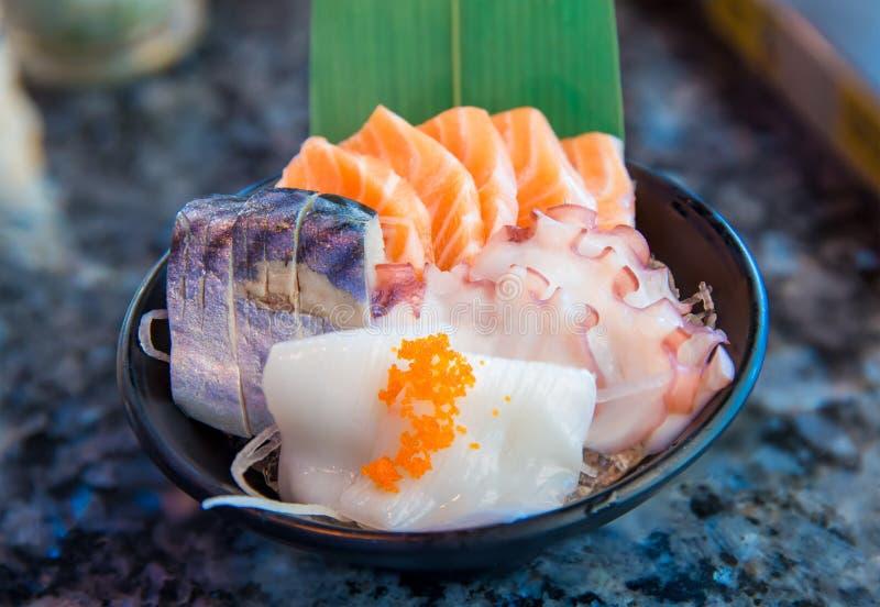 Рыбы японского сасими еды сырцовые отрезанные, Япония сырцового сасими филе свежих рыб стоковая фотография rf