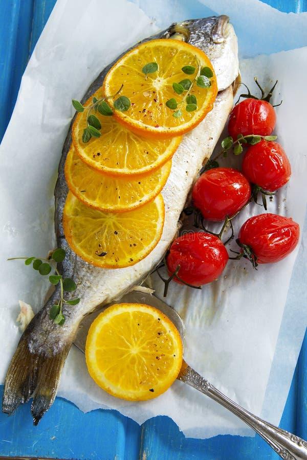 Рыбы Dorado испеченные с томатами стоковое фото rf