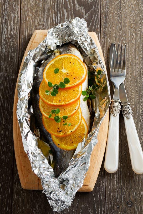 Рыбы Dorado испеченные с томатами стоковые изображения rf