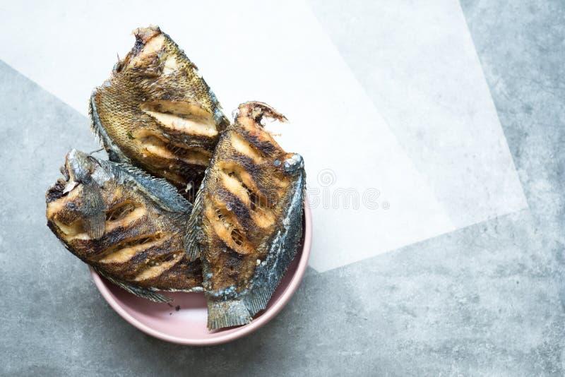 Рыбы Trichogaster зажаренные pectoralis посоленные r стоковая фотография rf