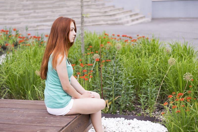 Рыжеволосая девушка в рубашке мяты стоковое фото
