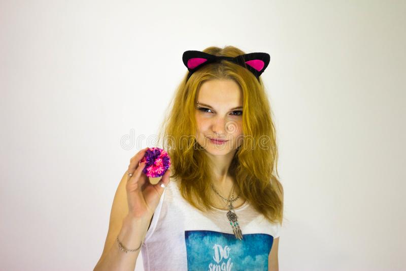 Рыжеволосая девушка с искусственными ушами на ее голове стоковые фото