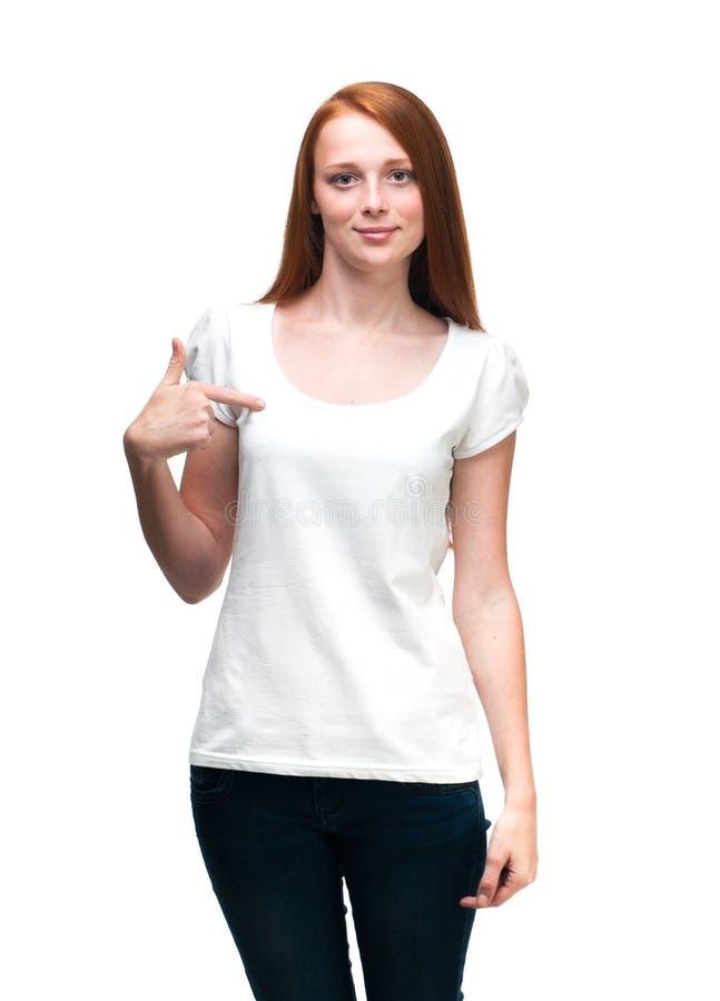 Рыжеволосая девушка показывая большие пальцы руки вверх белизна изолированная предпосылкой стоковое фото rf