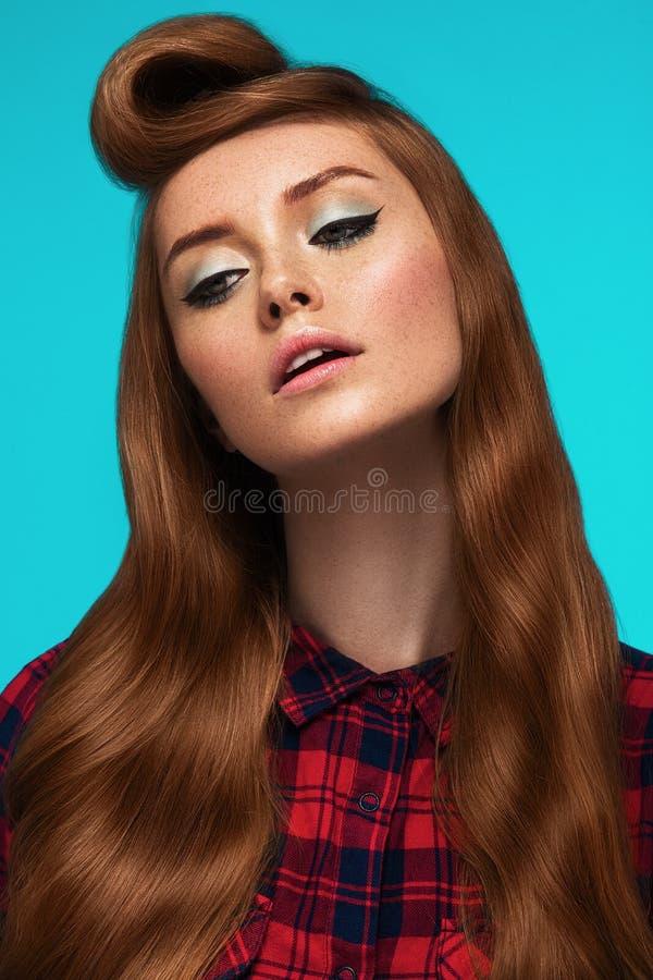Рыжеволосая девушка, freckled сторона, ультрамодный состав и стиль причёсок стоковое фото rf