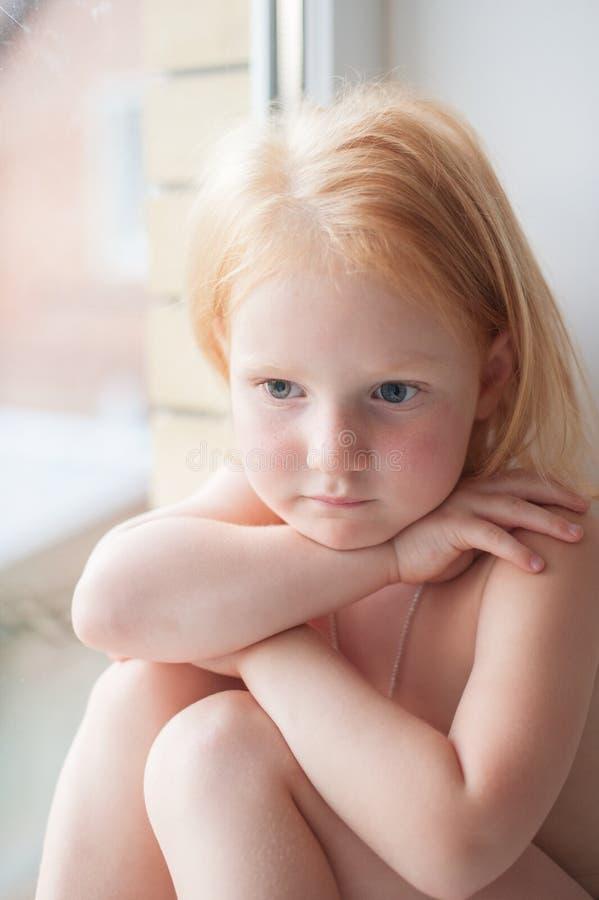 Рыжеволосая тоскливость маленькой девочки стоковые изображения rf