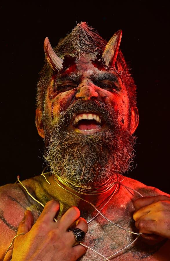 Рык демона человека хеллоуина на черной предпосылке стоковая фотография