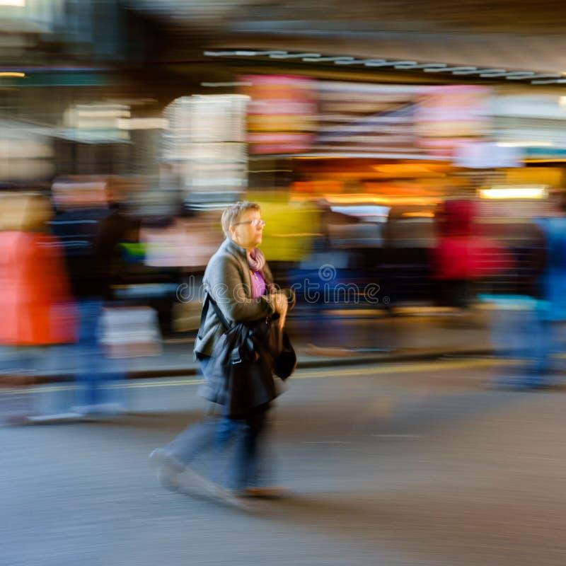 Рынок города, Лондон, Англия - 27-ое марта 2017: Другая точка зрения занятого дня в рынке города стоковое изображение