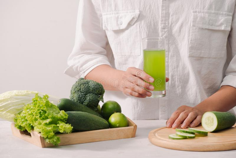 рынок Здоровая еда vegan Свежие овощи, ягоды, зеленые цвета и плоды в деревянном подносе: горохи редиски огурцов зеленые бело стоковое изображение