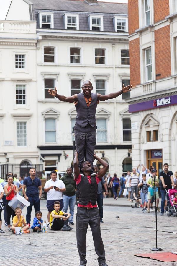 Рынок Ковент Гардена, популярные покупки и туристическое место, черные совершители цирка на улице, Лондоне, Великобритании стоковые фотографии rf