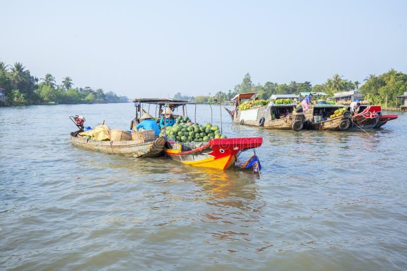 Рынок на перекрестках 7-путей (заливе Nga), город Phung Hiep плавая Can Tho, Tien Giang стоковые изображения