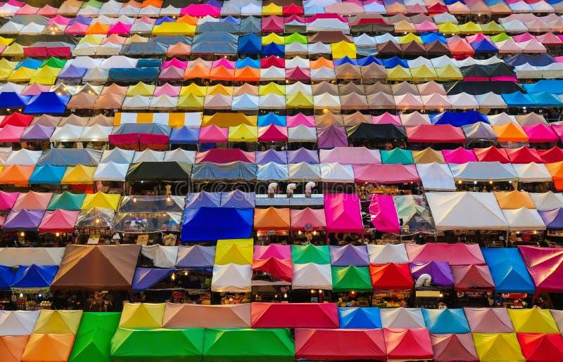 Рынок ночи, красочные шатры в поезде Ratchada на Бангкоке стоковое изображение