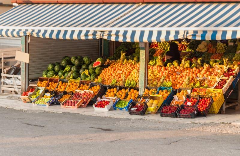 Рынок плода лета местного района свежий с красочным органическим плодом на дисплее в Греции стоковая фотография