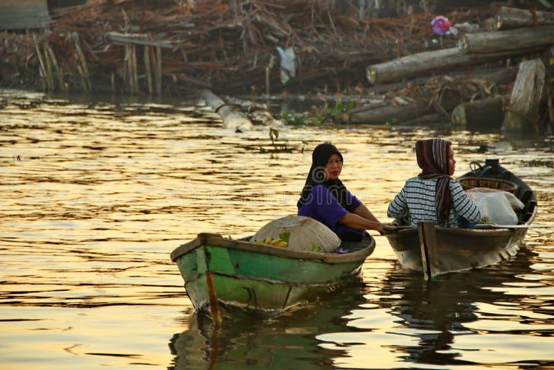 Рынок реки Barito плавая в утре стоковое изображение