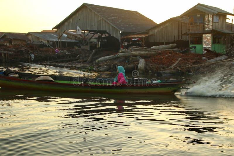 Рынок реки Barito плавая в утре стоковые фото