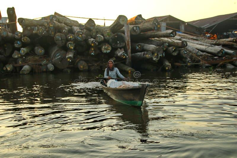 Рынок реки Barito плавая в утре стоковые фотографии rf