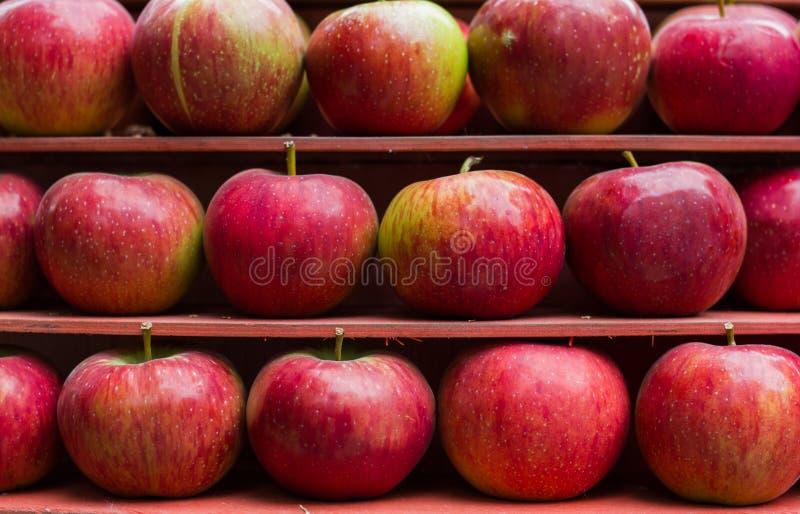 Рынок стойла свежих фруктов красного яблока здоровый стоковые изображения