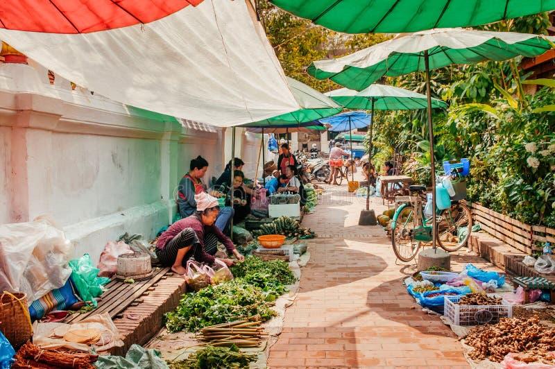 Рынок утра Luang Prabang с овощем и свежим местным продуктом стоковая фотография