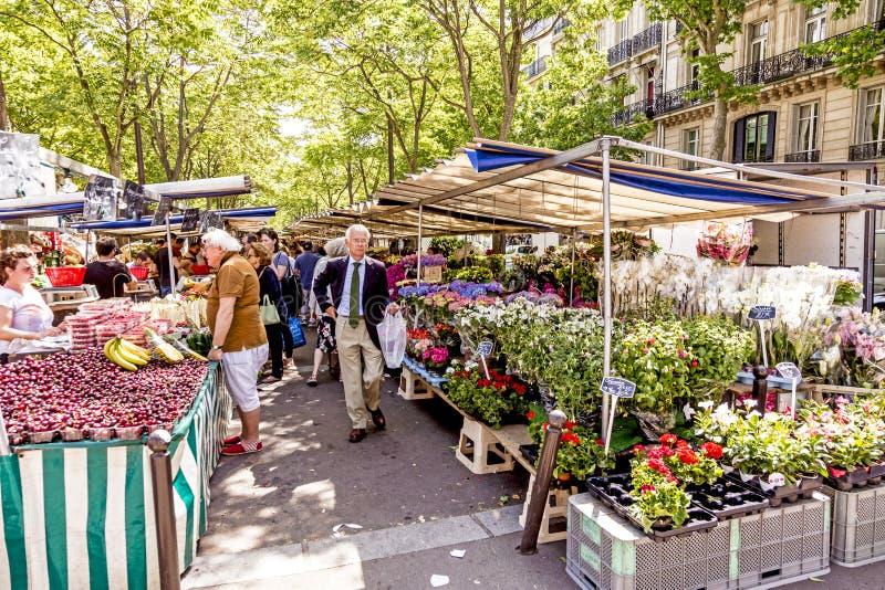 Рынок фермеров посещения людей в Chaillot, Париже стоковое фото rf
