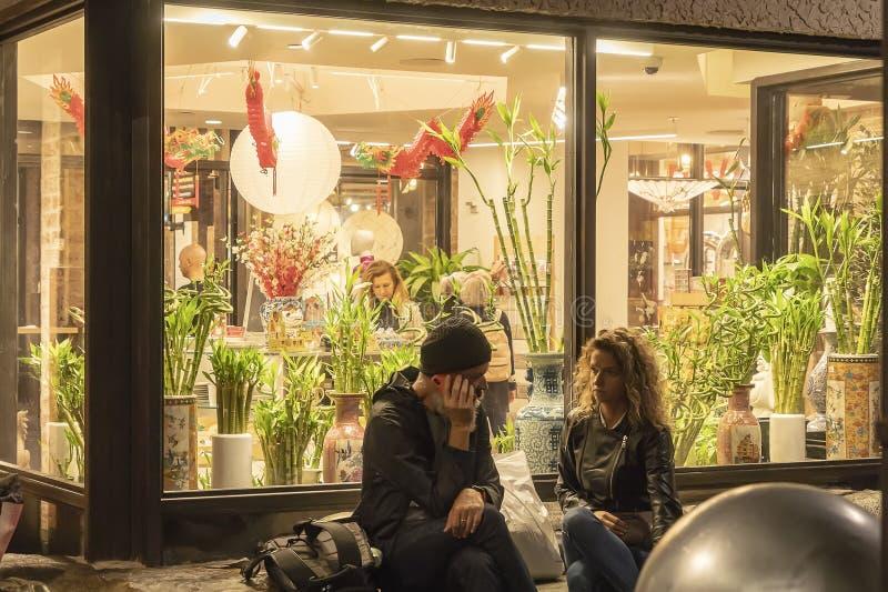 РЫНОК ЧЕЛСИ, НЬЮ-ЙОРК, США - 14-ОЕ МАЯ 2018: Клиенты и посетители в рынке Челси стоковая фотография