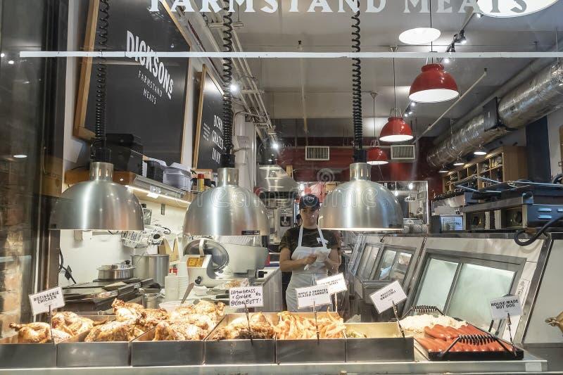 РЫНОК ЧЕЛСИ, НЬЮ-ЙОРК, США - 14-ОЕ МАЯ 2018: Молодая женщина, магазин, работник магазина в рынке Челси стоковые фото
