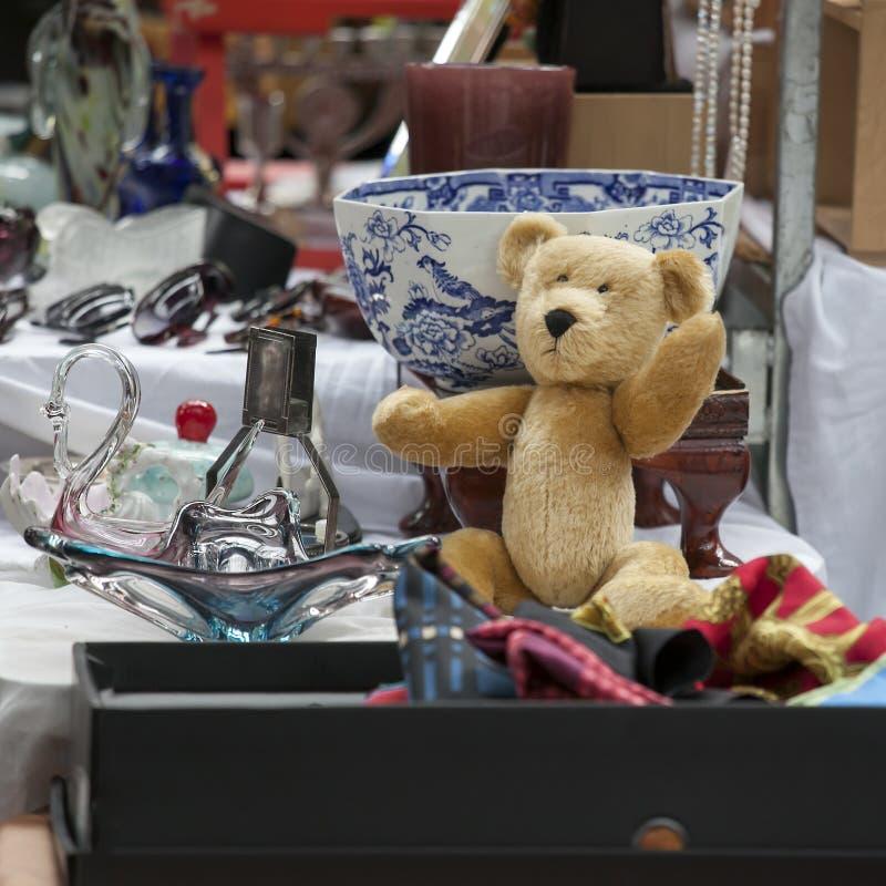 Рынок шутовства Spitalfields 100 лет старого унылого плюшевого медвежонка на блошинном стоковая фотография rf
