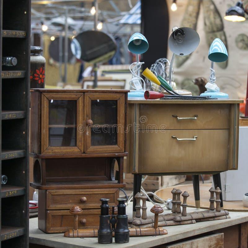 Рынок шутовства Spitalfields старая винтажная лампа в стиле семидесятых годов на прикроватном столике для продажи стоковое изображение