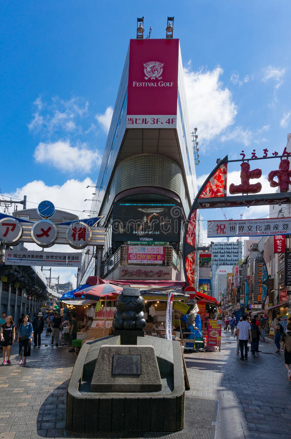 Рынок Ameyoko внешний около станции Ueno, токио, Японии стоковая фотография