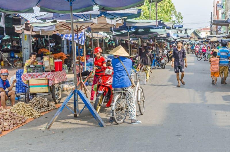 Рынок Cai, типичный въетнамский рынок в городке смешанном рек-землей в перепаде Меконга стоковое фото