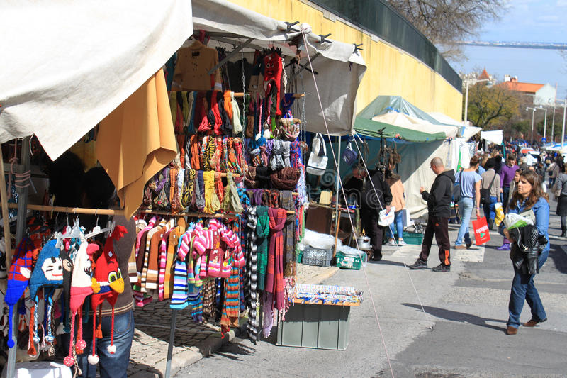 Рынок Feira da Ladra в Лиссабоне, Португалии стоковое фото