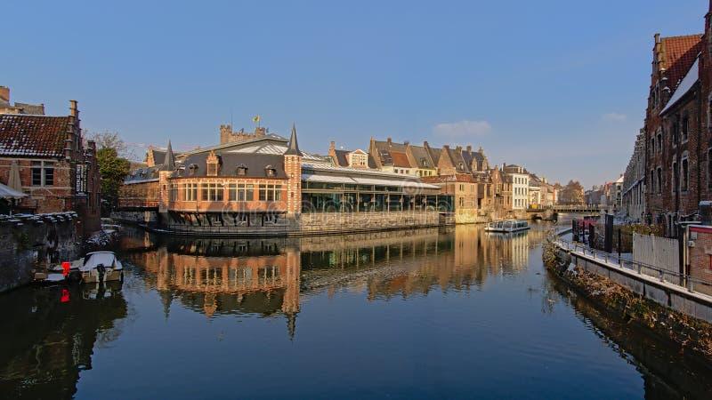 Рынок Oldfish и средневековые дома в Генте стоковые изображения rf