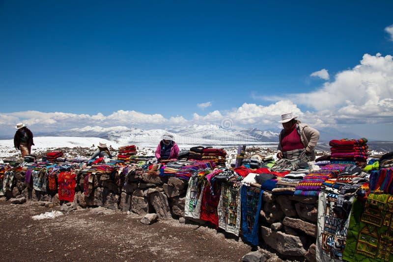 Рынок Snowy осматривает enroute к каньону Colca стоковое фото