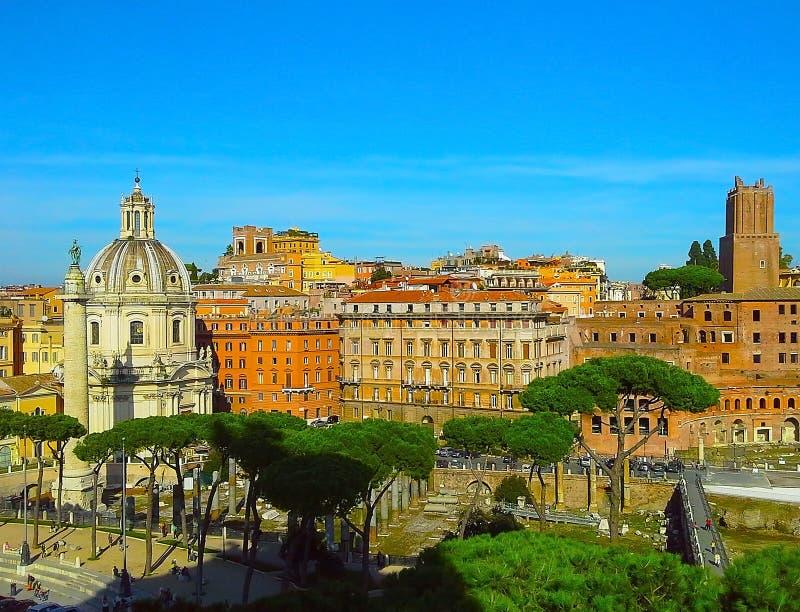 Рынок Traiano увиденный от Capitol Hill в Риме, руинах римского форума в Риме, Италии стоковое фото rf