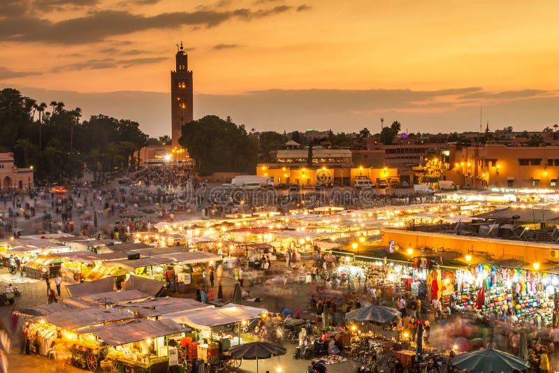 Рыночная площадь в заходе солнца, Marrakesh Jamaa el Fna, Марокко, Северная Африка стоковое изображение rf