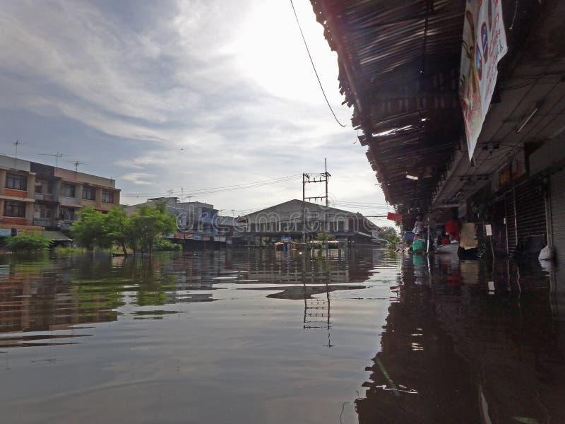 Рыночная площадь затоплена в Rangsit, Таиланде, в октябре 2011 стоковые изображения rf
