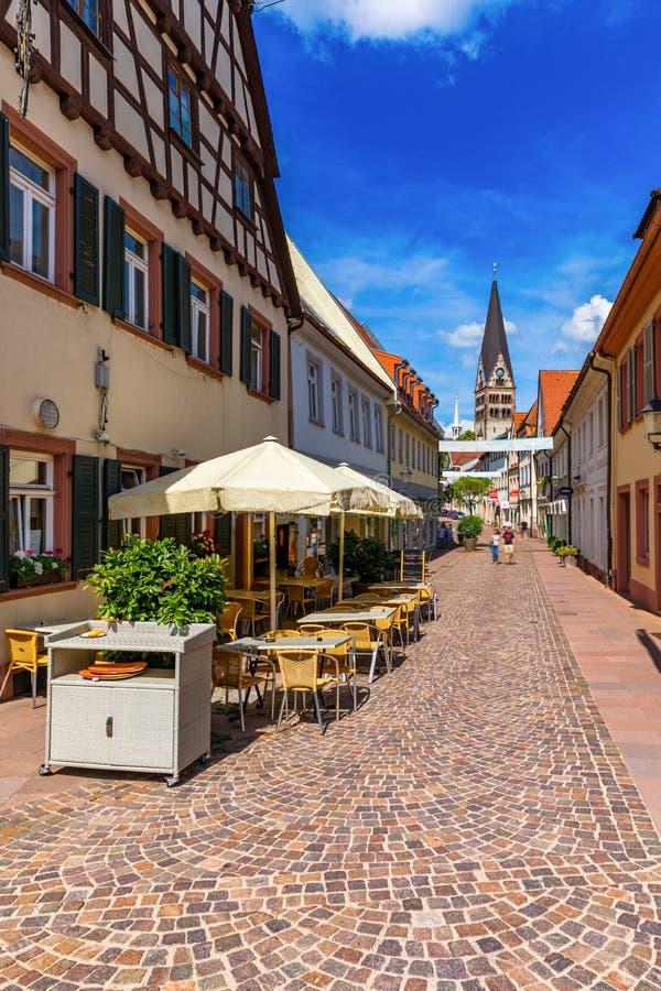 Рыночная площадь с ратушей и башней, Эттлинген, Германия, Черный лес, Баден-Вуэртемберг, Германия, Европа В центре города стоковые фото